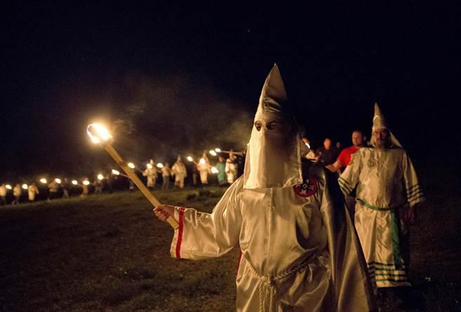 美國3K黨人在川普當選總統後極為振奮,宣稱要在12月初舉行勝利大遊行。圖中是今年4月美國3K黨參加在喬治亞州「白人的驕傲」(white pride)活動中舉行焚繞十字架的儀式。(圖/美聯社)