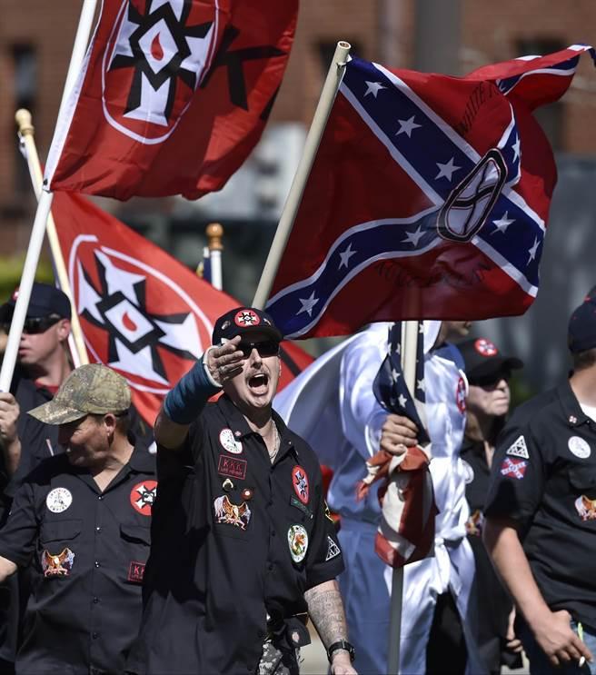 美國最活躍的3K黨組織「忠誠白騎士團」成員,今年4月在喬治亞州一項名為「白人的驕傲」遊行中與抗議者相互叫囂。(圖/美聯社)