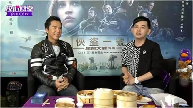 《Yahoo TV佼心食堂》主持人黃子佼(右)到香港訪問甄子丹。(品嘗蝦餃。(Yahoo奇摩提供)