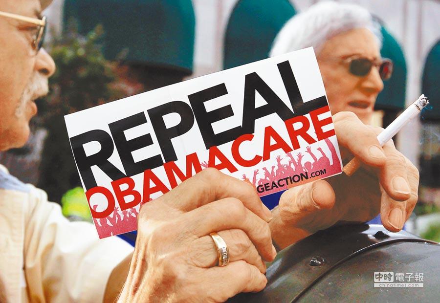 許多美國選民投票給川普是看上他誓言要「廢除」歐記健保(Obamacare),但現在川普卻改口說只「修正」。(路透)