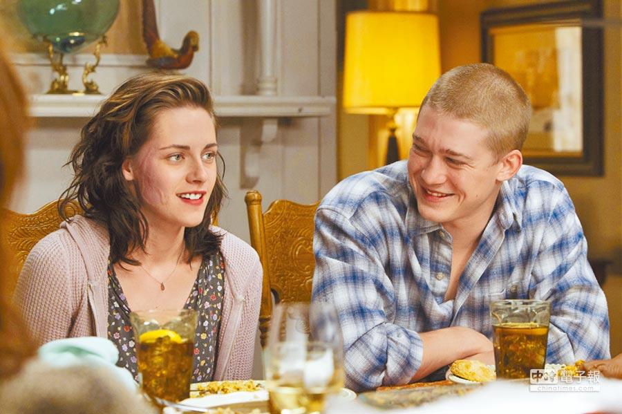 克莉絲汀史都華(左)在片中不捨由喬歐文飾演的弟弟將返回戰場。
