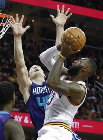 NBA》詹姆斯單節11分 騎士克黃蜂保東區首席