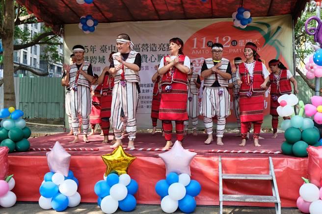富宇今年首度舉辦的「愛心綠色市集跨社區聯誼活動」,邀請慢飛家族表演。(業者提供)