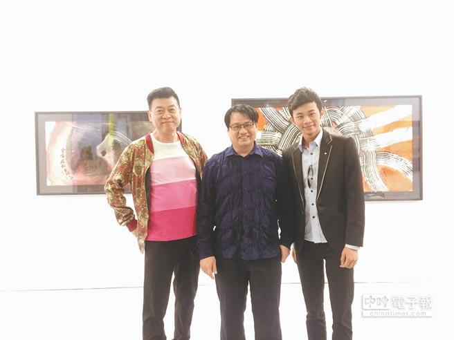 孫德榮(左)帶吳政迪(右)出席藝術圈好友余彥良辦的藝術博覽會。(林淑娟攝)