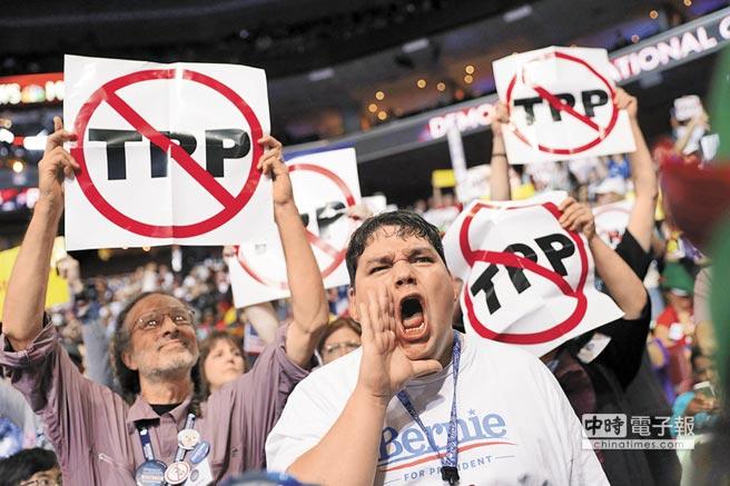 由於美國勞工階層普遍反對歐巴馬推動的TPP,美總統當選人川普已表示,當選後將棄推TPP。圖為美國大選期間,民眾表達反對TPP。(美聯社)