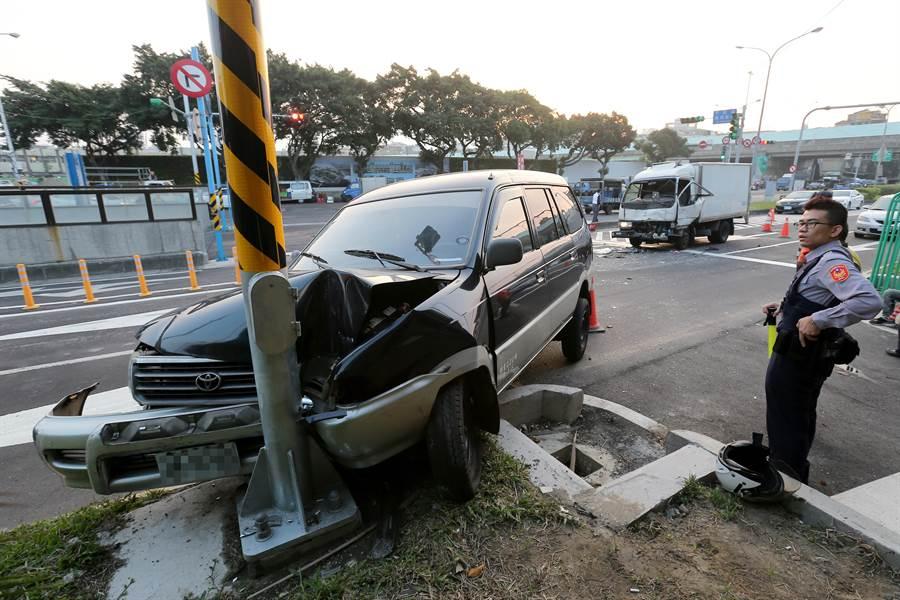 遭追撞的休旅車車頭全毀,所幸駕駛毫髮無傷。(黃世麒攝)