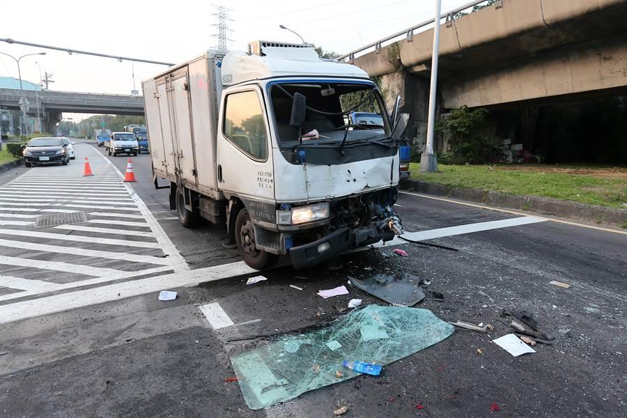 肇事的小貨車車頭變形,駕駛一度受困車內。(黃世麒攝)