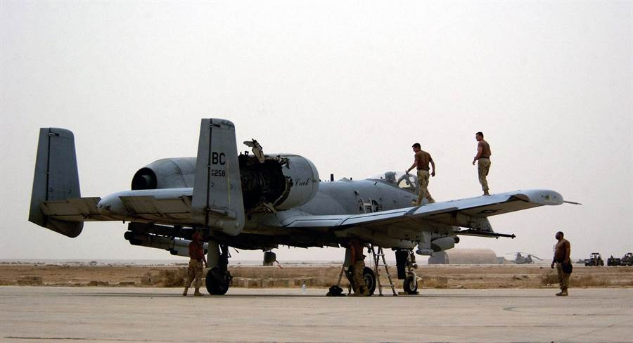 這架A-10的單側引擎被飛彈擊中,結果還能安全返航。(圖/國防新聞)
