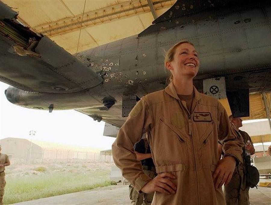 伊拉克戰爭期間,外號「小雞殺手」的女飛行員金中尉駕駛A-10遭到一連串高射炮的攻擊,一側機翼都被打的面目全非,卻還能完全返航。(圖/自由論壇thetreeofliberty)