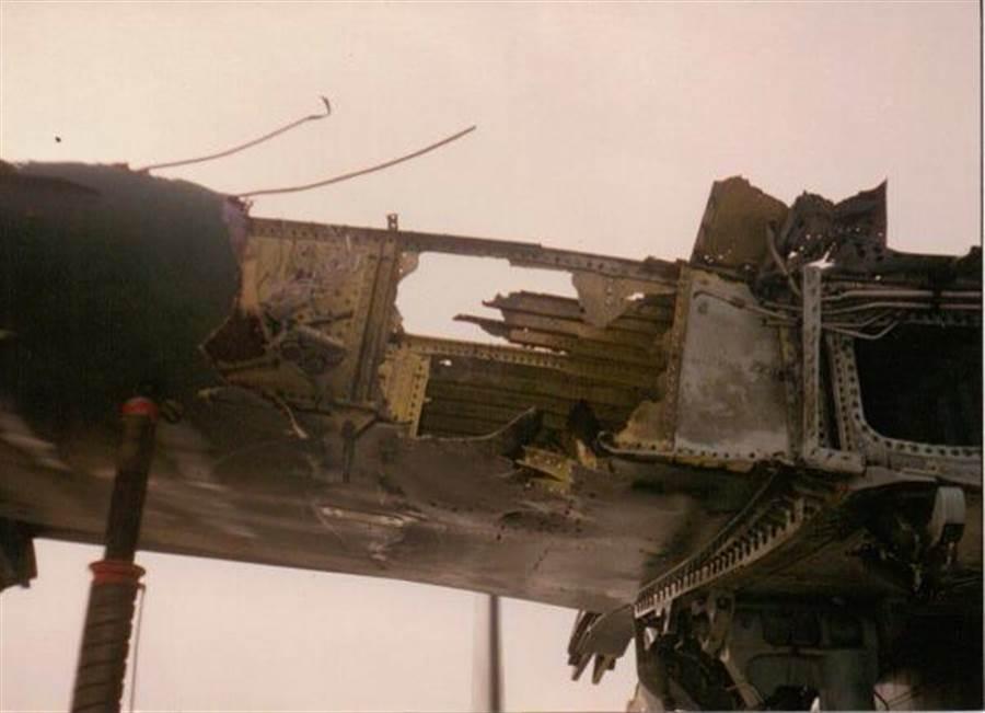 受損A-10的機翼特寫,完全慘不忍睹。(圖/自由論壇thetreeofliberty)