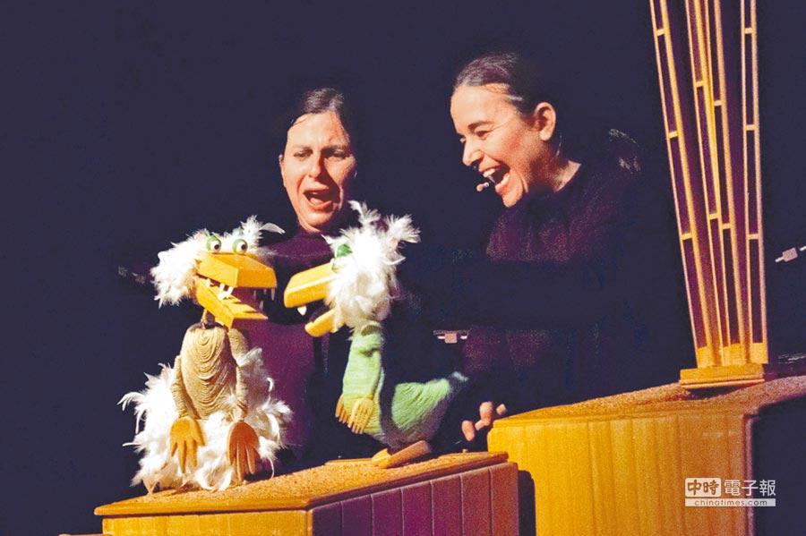 西班牙偶劇團periferia puppet theatre,改編台灣繪本作家陳致元的作品《GUYI GUYI》,在舞台上演出偶戲。(李其樺翻攝)