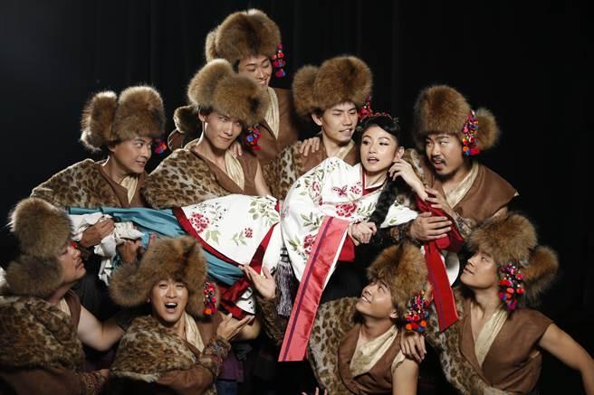 台南人劇團與瘋戲樂工作室合作的音樂劇《木蘭少女》,將由金馬獎演員李千娜(右三)飾演花木蘭一角。(台南人劇團提供)