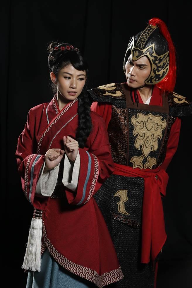 歌手周定緯(右)在音樂劇《木蘭少女》裡飾演將軍一角,愛上代父從軍、男性扮相的花木蘭,兩人在劇中有一段撲朔迷離的斷背情。(台南人劇團提供)