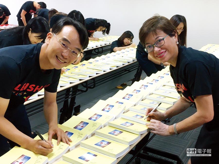 磊山保經董事長李佳蓉(右)與總經理許弘偉(左)率領內勤同仁在書上簽名,將祝褔傳遞至監獄收容人。圖/業者提供   文/陳又嘉