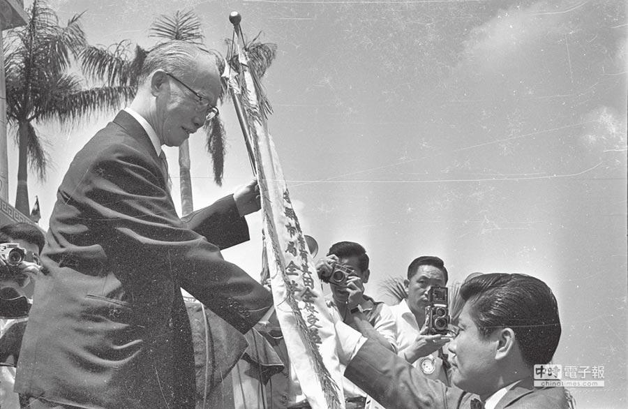台灣實施耕者有其田10周年有成,陳誠(左)接受致謝錦旗。(本報系資料照片)
