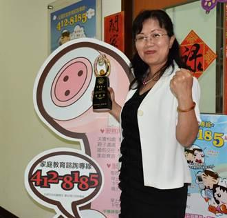 竹縣家庭教育中心志工曾麗玲獲金舵獎