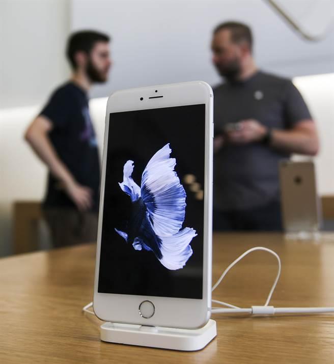 蘋果17日在官網中宣布「適用於iPhone 6 Plus 的 Multi-Touch 維修方案」。(圖/美聯社)