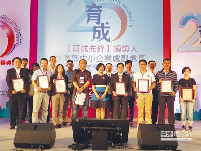 經濟部中小企業處副處長林美雪與育成先鋒得獎者合影。圖/業者提供