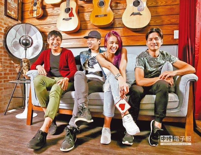 劉雨柔(右二)與Bass手Lenny(左起)、吉他手Ivan及鼓手Aiden開心合照,神祕鍵盤手Any堅持不曝光。(羅永銘攝)