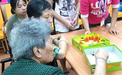 草屯療養院精障學員服務銀髮族 桌遊同樂享樂活