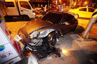 計程車和保時捷跑車發生碰撞意外