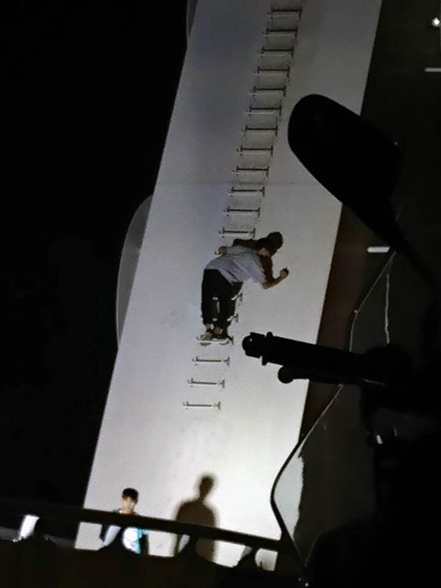 吳姓少年涉嫌攀爬新臨安橋在橋面塗鴉。(洪榮志翻攝)