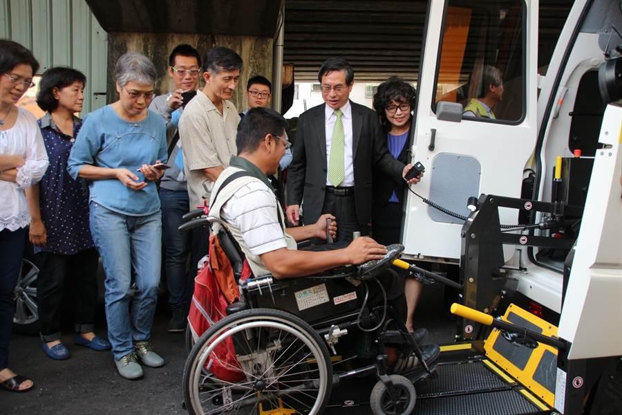 嘉義市脊髓損傷者協會獲贈復康巴士,會友試用體驗。(廖素慧攝)