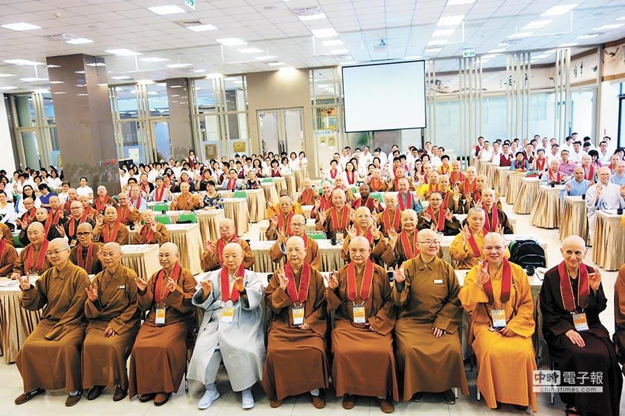 首屆「世界佛教傑出比丘尼貢獻表揚獎」,慈濟基金會創辦人證嚴法師等51位法師獲獎。(慈濟提供)
