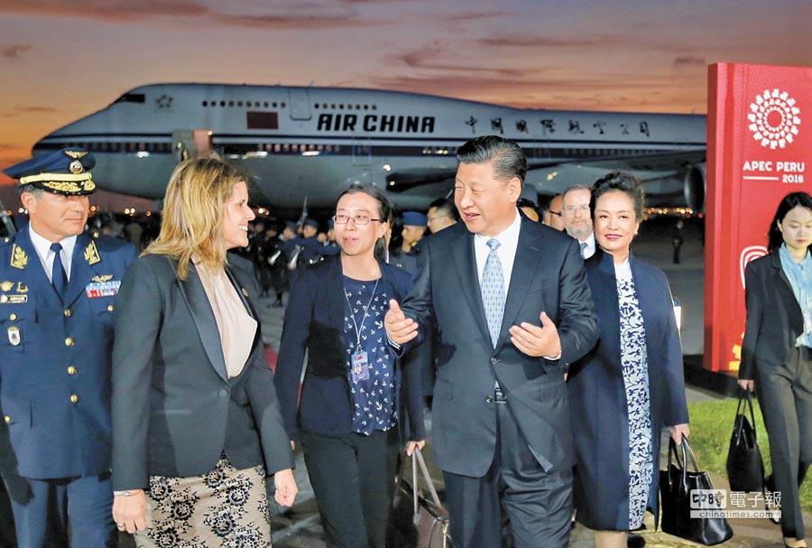 11月18日,大陸國家主席習近平(左4)和夫人彭麗媛(左5)抵達利馬,出席APEC領袖非正式會議,受到秘魯副總統阿菈歐斯(左2)等熱情迎接。(新華社)