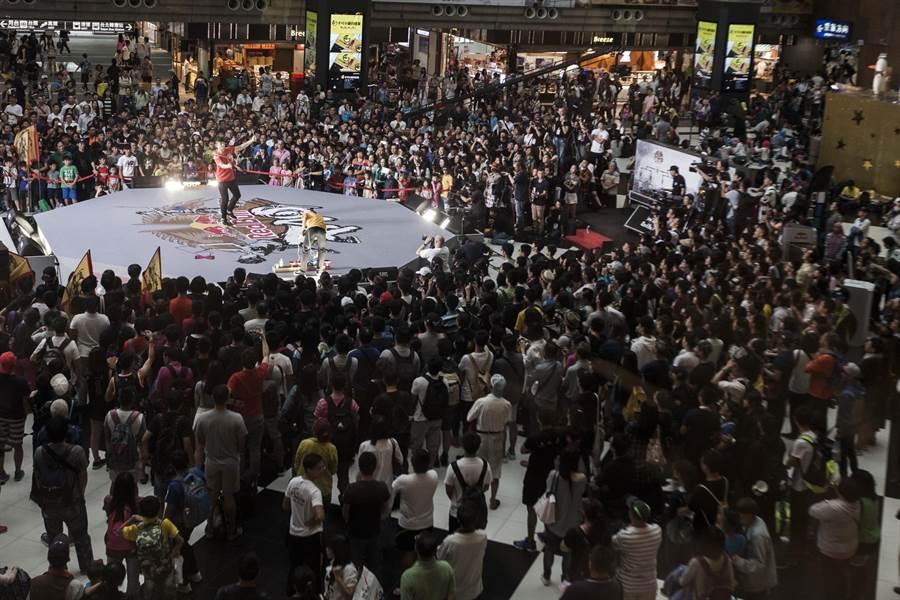 Red Bull PAO 比賽吸引大批人潮觀賽其中更不乏國內外扯鈴高手。(公關提供)
