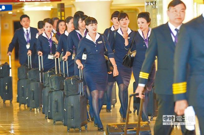 復興航空傳出22日全面停航一天,引發震撼,桃園機場昨日一班由日本返台的復興航空機組員,表示對於停航的相關資訊,完全不知情。(陳信翰攝)