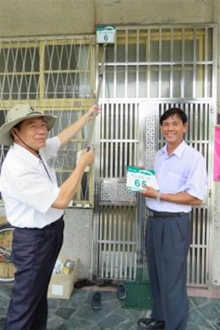 岡山區戶政所課員余清道(左)製作門牌「自貼神器」。(吳江泉翻攝)