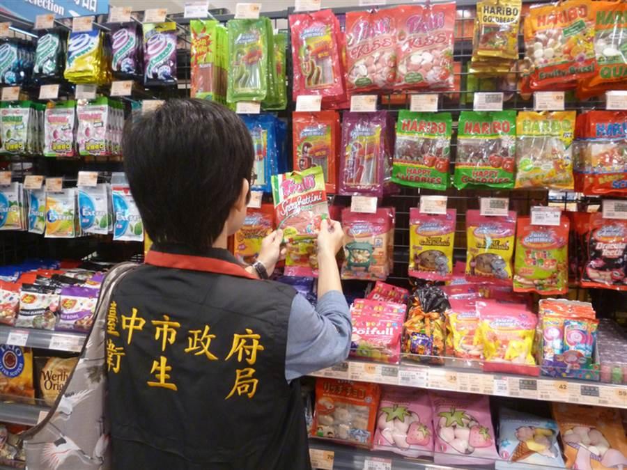 近來日本輸台食品產地引起民眾疑慮,台中市衛生局22日說,近日派員稽查台中市日本食品進口商、百貨公司及賣場等產地標示,結果都符合規定。(台中市衛生局提供)中央社記者郝雪卿傳真  105年11月22日
