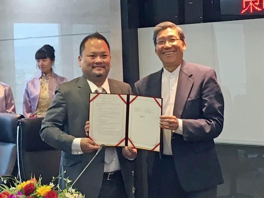 安捷飛航訓練中心董事長高健祐(左)與健行科技大學校長李大偉(右),簽下簽署策略聯盟意向書。(楊明峰攝)