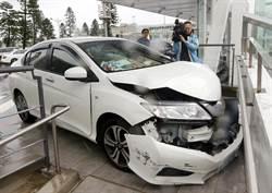 油門當剎車? 烏龍女駕駛直衝撞牆車頭全毀