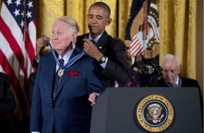 國寶級播報員史卡利(左)獲頒自由勳章。(美聯社)