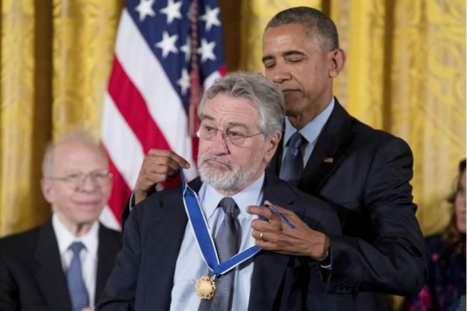 影星勞勃狄尼洛(左)獲頒自由勳章。(美聯社)