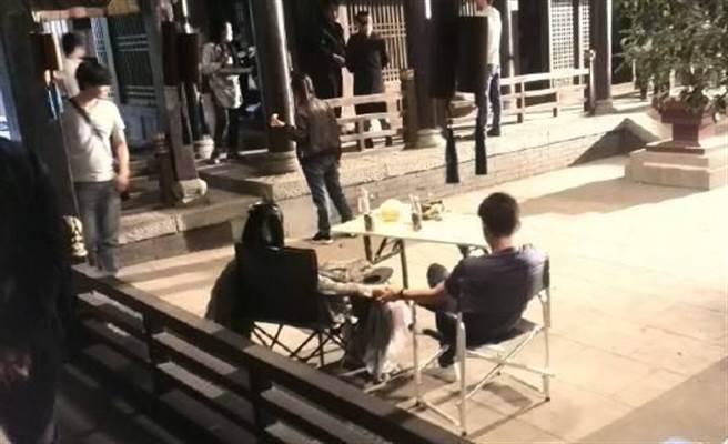 劉詩詩與吳奇隆在片場休息滑手機時,另一隻手卻是十指緊扣!(圖/取自微博)