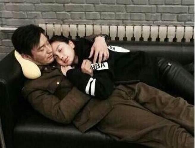Baby探班黃曉明,兩人相擁睡覺休息。(圖/取自微博)