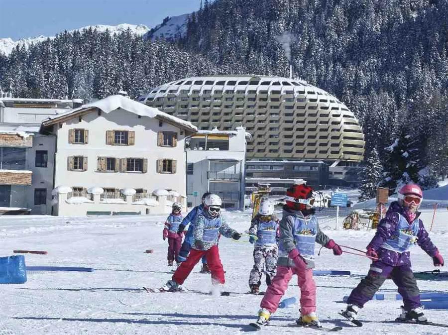 一群小孩在瑞士達沃斯滑雪。(美聯社)