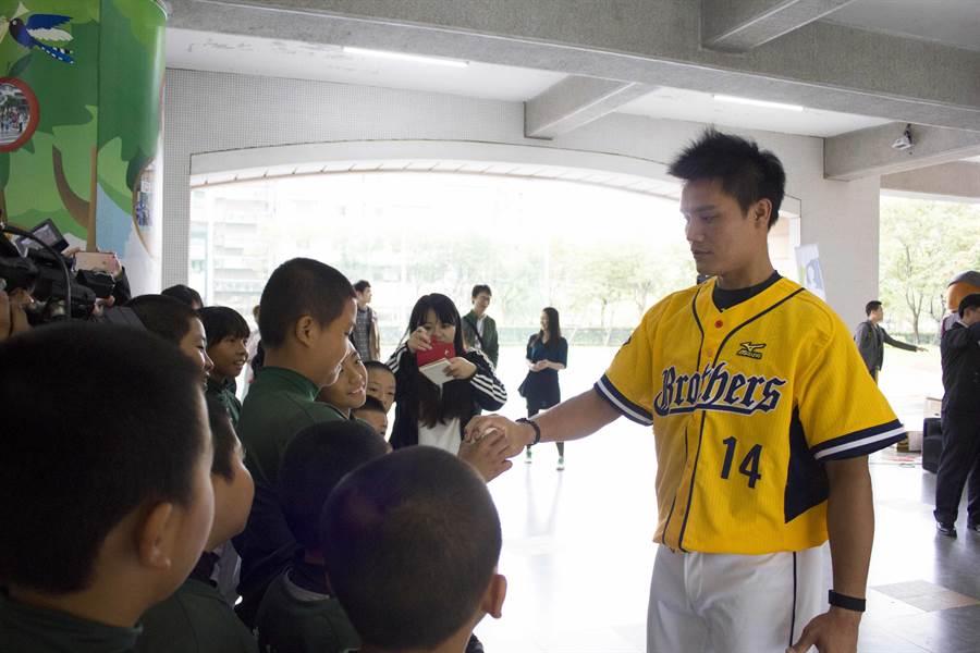 王勝偉今出席中職回饋列車活動,對於自由球員,他表示行使的主要原因是期盼能夠為年輕球員爭取完善制度。(周鎮宇攝)