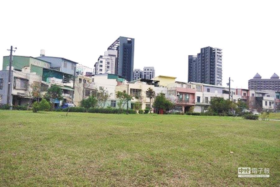桃園市立美術館選址在青埔公13公園,礙於建蔽率和容積率建築面積幾乎砍半,挨諷「桃美館變小美館」。(蔡依珍攝)