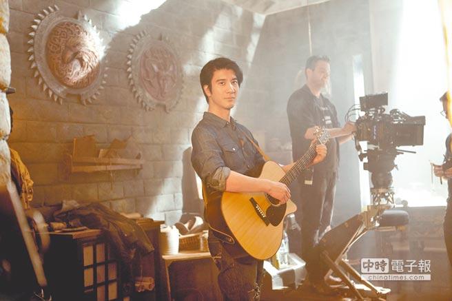 王力宏在MV自彈自唱,一展音樂才華。