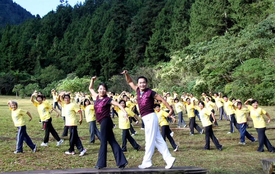 白雁(左)和彥寬(右)推廣氣功超過20年(本報資料照片)