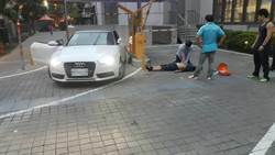 開車門撿票卡 男竟遭自車夾險丟命