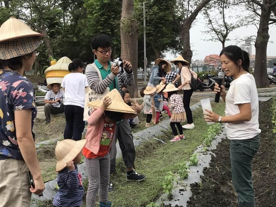 高雄物產館蓮潭旗艦店舉辦「高通通Mini農田」活動,讓小朋友體驗下田耕種。(高市農業局提供)