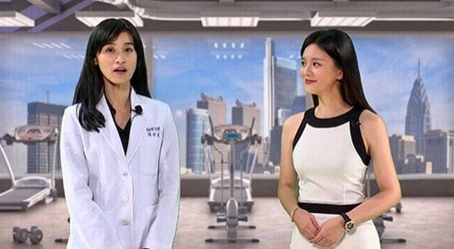 物理治療師陳玲崴(左)接受健康50節目主持人尉遲佩玉(右)專訪。(易繼中攝)