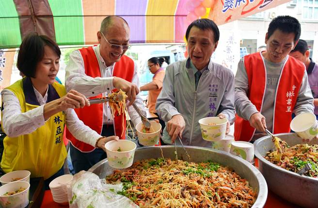 屏東市里長林羣雄(左2)向親友集資開麵店,盼有需要民眾都能飽餐一頓。(林和生攝)