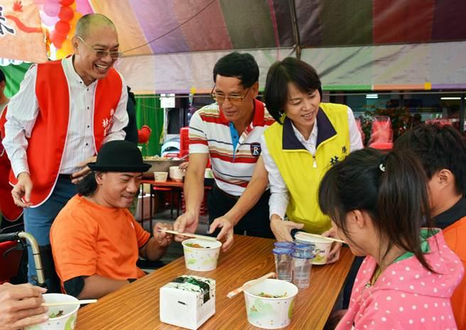 屏東市里長林羣雄(後排左)向親友集資開麵店,推出待用麵服務弱勢。(林和生攝)