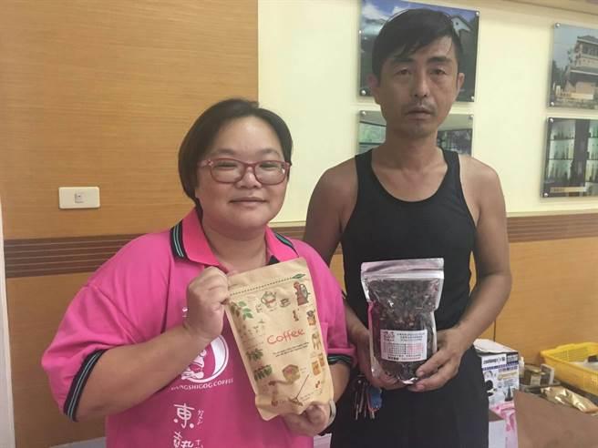東勢客庄媳婦陳怡君(左)一手催生東勢咖啡產銷班,並創立「東勢角」咖啡品牌,右為產銷班成員朱志成。(王文吉攝)